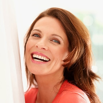 Smiling woman with a beautiful smile, thanks to cosmetic dentistry